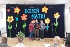 Wychowankowie prezentujący program artystyczny z okazji Dnia Matki