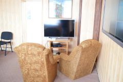 Dwa fotele i telewizor w świetlicy