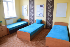 Sypialnia w internacie z trzema łóżkami