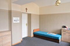 Pokój w internacie z jednym łóżkiem
