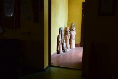 Cztery totemy za drzwiami