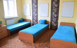 Pokój w internacie z trzema łóżkami