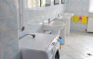 Umywalki i pralka w łazience