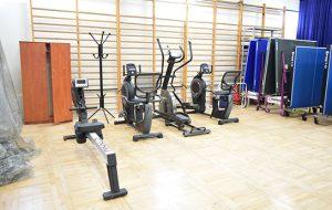 Sala gimnastyczna ze sprzętem do ćwiczeń
