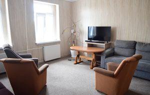 Świetlica z trzema fotelami, kanapą oraz telewizorem