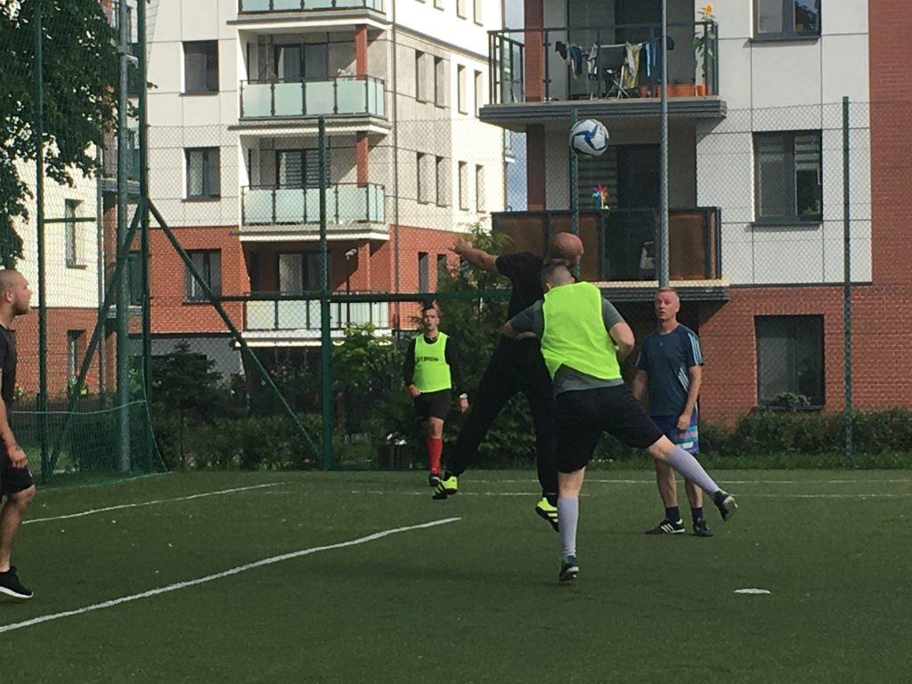 Wychowankowie i pracownicy grający w piłkę nożną