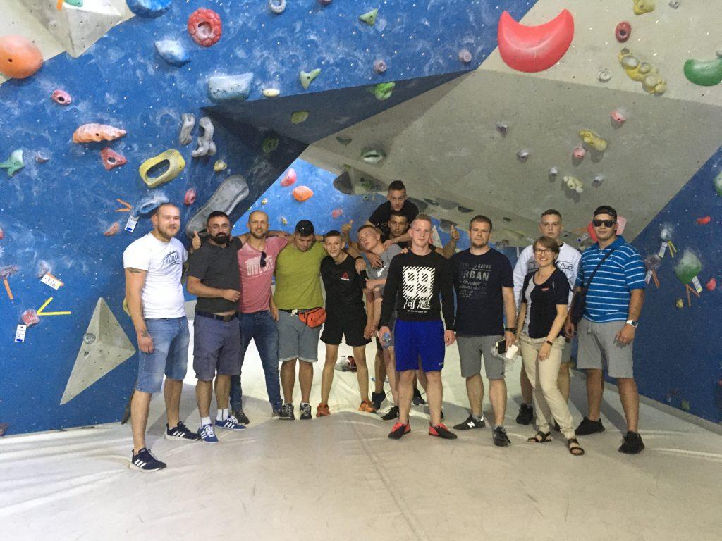 Zdjęcie grupowe w centrum wspinaczkowym
