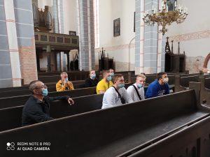 Wychowankowie w kościele