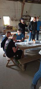 Wychowankowie przy stole w budynku