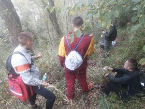 Wychowankowie w lesie na szlaku