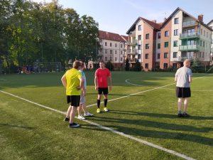 Wychowankowie i pracownicy na boisku do piłki nożnej