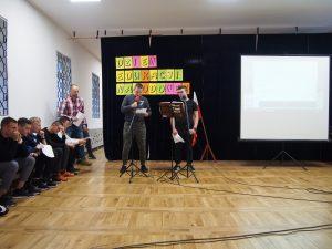 Wychowankowie prezentują program artystyczny z okazji Dnia Edukacji Narodowej