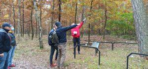 Wychowankowie wskazujący na pomnik przyrody